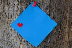 Valentine Post It Note azul em um tronco de árvore Foto de Stock Royalty Free