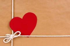 Valentine présentent, étiquette de cadeau, backgro de colis de paquet de papier brun photographie stock libre de droits