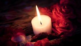 Valentine romantique avec la longueur de la combustion décorative de fleur et de bougie banque de vidéos