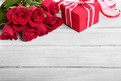 Valentine roses and gift box, wooden copy space Stock Photos