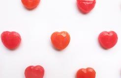 Valentine& rouge x27 ; modèle de sucrerie de forme de coeur de jour de s sur le fond vide de livre blanc Concept d'amour style co Image stock