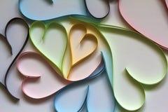 Valentine& x27; s-Tageszusammenfassungshintergrund mit geschnittenem Papierbuntem hören stockbild