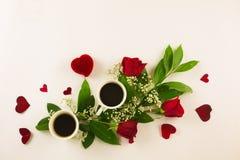 Valentine-stilleven met parelring in man hand, rode rozen en vrouwenhand met koffie Stock Afbeelding