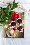 Valentine-stilleven met parelring in man hand, rode rozen en vrouwenhand met koffie Stock Foto
