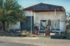 Valentine Texas Abandoned Gas Station con las bombas Imágenes de archivo libres de regalías