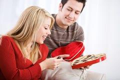 Valentine: Vrouw door de Gift die van het Vakantiesuikergoed wordt verrast Royalty-vrije Stock Fotografie