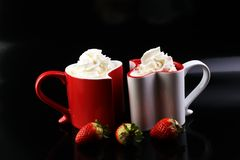 Valentine& x27 ; concept de jour de s avec des coeurs et des tasses Café ou chocolat chaud Image libre de droits