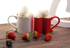 Valentine& x27 ; concept de jour de s avec des coeurs et des tasses Café ou chocolat chaud Image stock