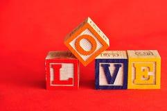 Valentine& x27 ; jour de s Amour écrit avec les blocs colorés d'alphabet Photos libres de droits