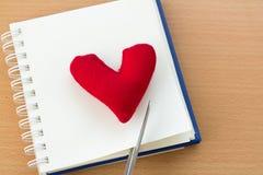 Valentine& x27 ; jour de s avec le coeur rouge Image stock