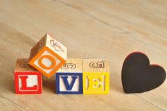 Valentine& x27; s Dag Liefde met kleurrijke alfabetblokken dat wordt gespeld Stock Foto's