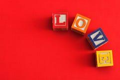 Valentine& x27; s Dag Liefde met kleurrijke alfabetblokken dat wordt gespeld Royalty-vrije Stock Foto