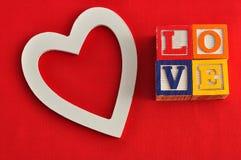 Valentine& x27; s Dag Liefde met kleurrijke alfabetblokken dat wordt gespeld Stock Fotografie