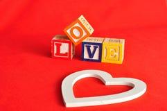 Valentine& x27; s Dag Liefde met kleurrijke alfabetblokken dat wordt gespeld Stock Foto