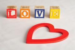 Valentine& x27; s Dag Liefde met kleurrijke alfabetblokken dat wordt gespeld Royalty-vrije Stock Afbeeldingen