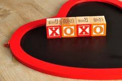 Valentine& x27; s Dag XOXO met kleurrijke alfabetblokken dat wordt gespeld Stock Foto