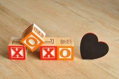 Valentine& x27; s Dag XOXO met kleurrijke alfabetblokken dat wordt gespeld Royalty-vrije Stock Afbeeldingen
