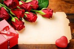 Valentinen inramar med röda pappers- ro och tappning fotografering för bildbyråer
