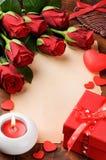 Valentinen inramar med röda pappers- ro och tappning arkivfoto