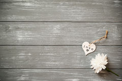 valentines дня предпосылки счастливые Декоративное белое деревянное сердце на серое деревенском, whith цветет, концепция ` s вале Стоковая Фотография