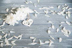valentines дня предпосылки счастливые Декоративное белое деревянное сердце на серое деревенском Концепция ` s валентинки Стоковое Изображение