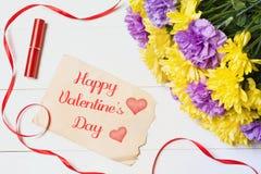 valentines дня счастливые Красивые цветки на белом деревянном столе Стоковое Фото