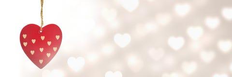 Valentines accrochant le coeur et le fond de coeurs d'amour Photos stock