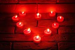 Valentines brûlant des bougies dans une forme de coeur Photos libres de droits