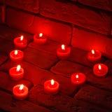 Valentines brûlant des bougies dans une forme de coeur Images libres de droits