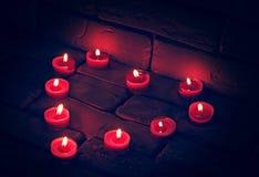 Valentines brûlant des bougies dans une forme de coeur Photos stock
