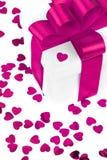 valentines d'isolement par cadeau de jour blancs Photographie stock