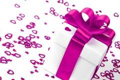 valentines d'isolement par cadeau de jour blancs Image stock