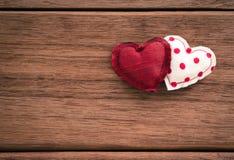 Valentines douces de coeurs d'amour et texture en bois Image stock