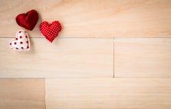 Valentines douces de coeurs d'amour et texture en bois Photo libre de droits