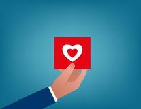 valentines Halten der roten Herzkarte Stockfotografie