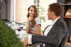 Valentines heureuses de relations d'étreinte d'amour de sourire d'homme de femme de couples Photo stock