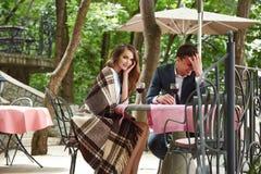 Valentines heureuses de relations d'étreinte d'amour de sourire d'homme de femme de couples Image libre de droits