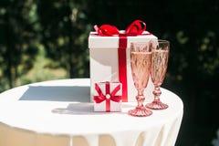 Valentines ou concept de jour du mariage avec des couples des verres et des boîte-cadeau de champagne Images libres de droits