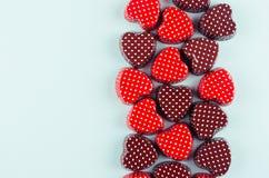 Valentines rouges et brun chocolat sur le fond en bon état de couleur en tant que frontière décorative avec l'espace de copie pou image libre de droits