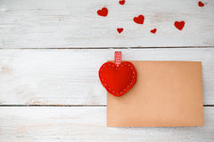 valentines Sobre del corazón y del papel que miente en un CCB de madera blanco imagen de archivo libre de regalías