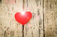 Valentinförälskelsesymbol på ett trä Arkivbild