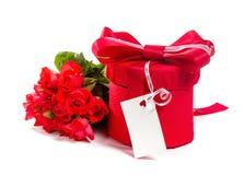 Valentingåvaask och bukett för röda rosor royaltyfri fotografi