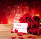 Valentingåvaask på abstrakt röd bakgrund Arkivfoton