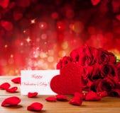Valentingåvaask på abstrakt röd bakgrund Arkivbilder