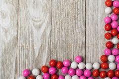 Valentingodisen som var ordnad längs hörnet av en vit, målade boaen royaltyfri fotografi