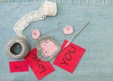 Valentinhälsningkort med den virkad rosa hjärtor, kroken och le royaltyfri bild