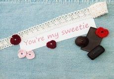Valentinhälsningkort med rosa och röda hjärtor, chokolate och arkivfoton