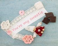Valentinhälsningkort med rosa och röda hjärtor, chokolate och arkivbild