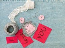 Valentinhälsningkort med virkade rosa hjärtor, krok, bollnolla royaltyfria foton