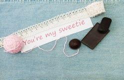 Valentinhälsningkortet med trasslar ihop, chokolate och bokstäver Yo royaltyfri fotografi